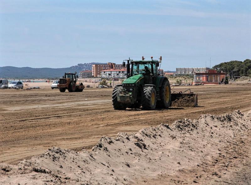 Tractors estartit beach strand